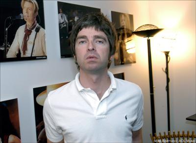 Noel Gallagher、Ian BrownらがCMでおおはしゃぎ