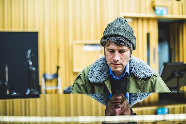 SUPER FURRY ANIMALSのフロントマン Gruff Rhys、6/8に5thソロ・アルバム『Babelsberg』リリース決定。新曲2曲の音源公開も