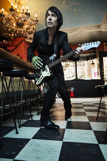 Jon Spencer、11/7リリースの初ソロ・アルバム『Spencer Sings The Hits』より「Do The Trash Can」新MV公開