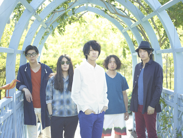 FOLKS、本日リリースした1stシングル『HOMETOWN STORY』より、すべて地元 北海道 恵庭で撮影した「HOMETOWN STORY」のMV公開。監督はチャットモンチーらを手掛ける宇野心平
