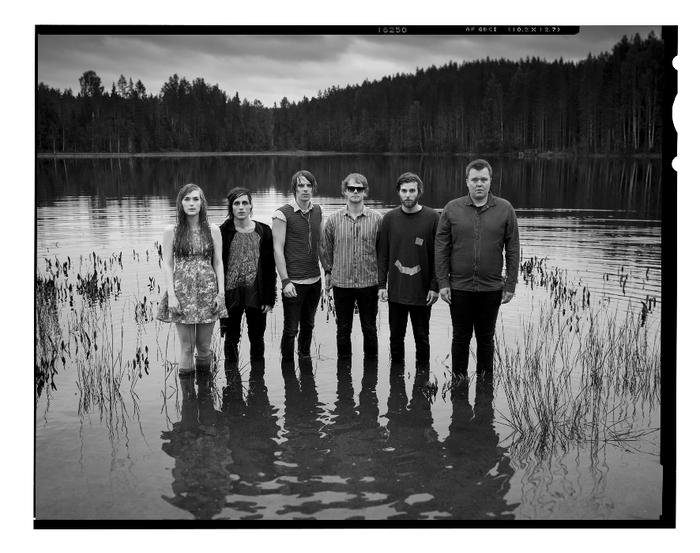 ノルウェー出身の男女混合6人組バンドTEAM ME、最新アルバム収録曲「F is for Faker」のセッション映像を公開