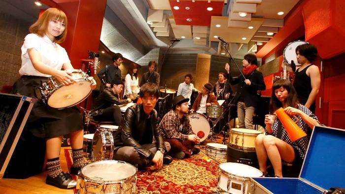 ドラム11台を擁する総勢14人の大所帯バンド DQS、2/11にリリースする1stフル・アルバム『DQS』の詳細発表。購入者特典にはドラム・テイクCD-Rが付くことも決定