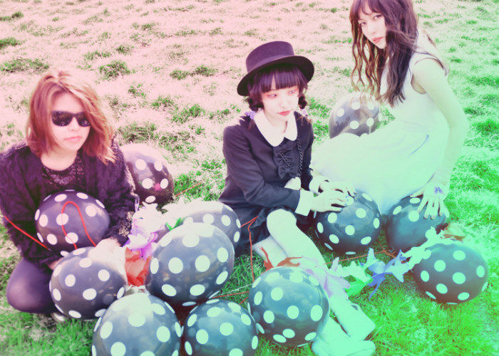 アンダーグラウンド・ガールズ・ポップ・バンド 浮遊スル猫、5/25リリースのニュー・ミニ・アルバム『CLUTCH GIRL』収録曲「ララリラ」と「ライオン」が繋がったMV公開