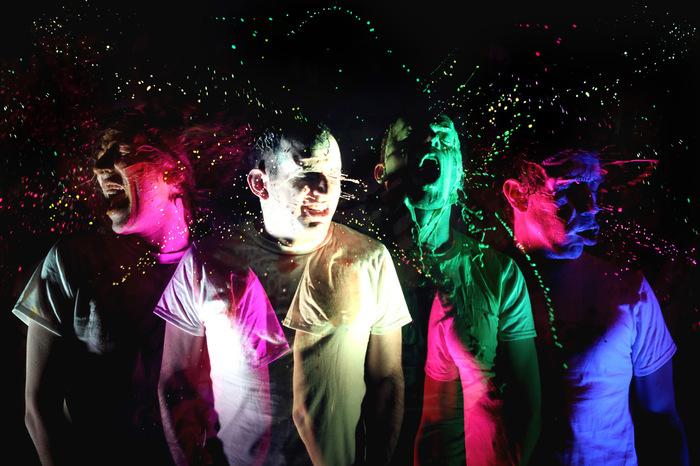 ソニマニで来日する!!!(チック・チック・チック)、本日リリースのニュー・アルバムより「NRGQ」の日本語(!?)リリック・ビデオ公開