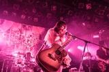 大森靖子、ワンマン・ツアー初日の仙台公演より「君に届くな」のライヴ映像公開。9/27には弾き語りアルバムのリリースも