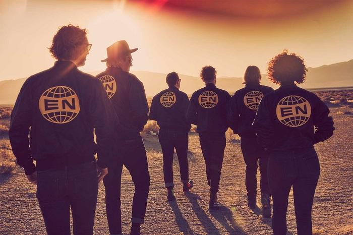 ARCADE FIRE、7/28にリリースするニュー・アルバム『Everything Now』より「Electric Blue」のMV公開