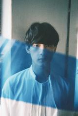 オルタナティブR&Bの旗手 向井太一、11/29に1stアルバム『BLUE』リリース決定。新曲MVも公開