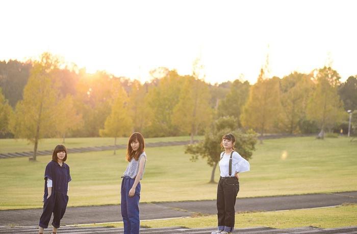 大阪発20歳の3ピース・ガールズ・バンド バウンダリー、来年1月に初の全国流通盤『now』リリース決定。新ビジュアル&新曲「明日」のMVも公開