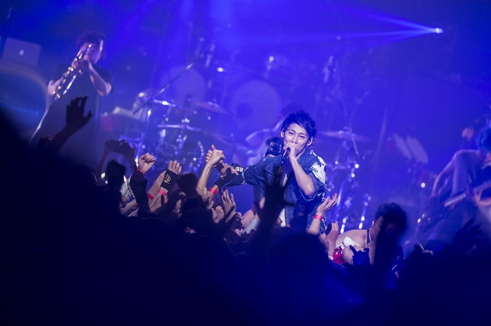 "UVERworld、日本最大23,000人の""男祭り""ライヴを映像作品化&3/14リリース決定。ライヴハウス・ツアー開催も発表"