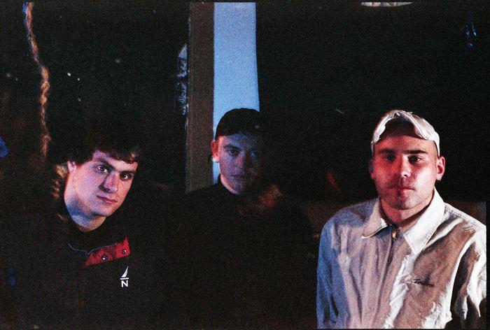 OASISの後継者とも呼ばれたシドニー発のインディー・ロック・バンド DMA'S、2ndアルバムを4月リリース決定&新曲「In The Air」MV公開