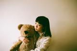 永原真夏、ソロ1stフル・アルバム『GREAT HUNGRY』よりリード曲「ダンサー・ イン・ザ・ポエトリー」MV公開&配信開始。リリース・ツアー共演者にモールルら決定も
