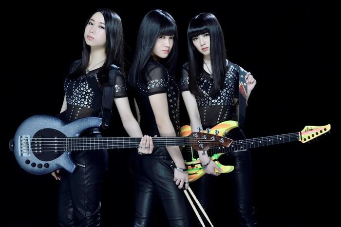 女子高生ロック・バンド DROP DOLL、4/25リリースの2ndシングル表題曲「Little deep love song」豪雨の中でパフォーマンスするMV公開