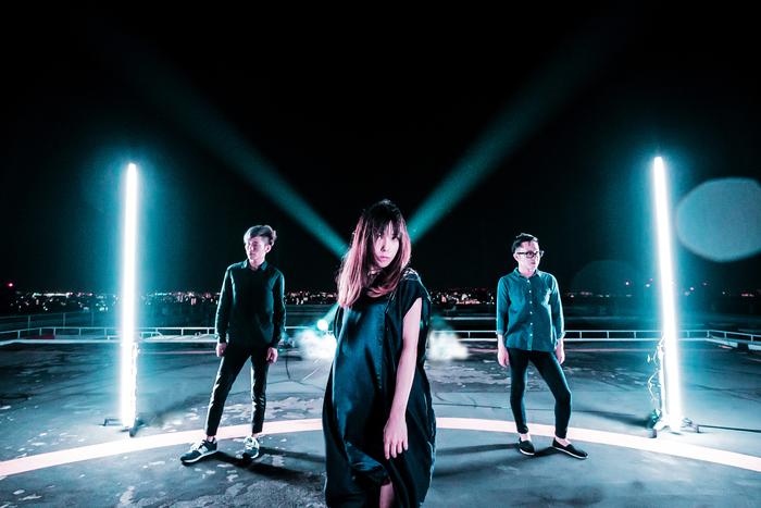狂気的で艶やかなヴォーカリスト MiZUKi擁するカミツキ、5/16に1stシングル『REAR SIDES HERO』リリース決定