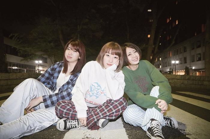 府中発オルタナティヴ3ピース・ガールズ・バンド Maxn、本日5/23リリースの2ndミニ・アルバム『轟音』より「蜂蜜」MV公開