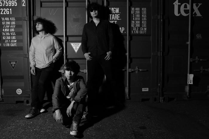 町田直隆、海北大輔(LOST IN TIME)、小寺良太(ex-椿屋四重奏)による3ピース moke(s)、デビュー・ミニ・アルバムより「BOY MEETS NERD」、「END OF THE NIGHT」MV公開