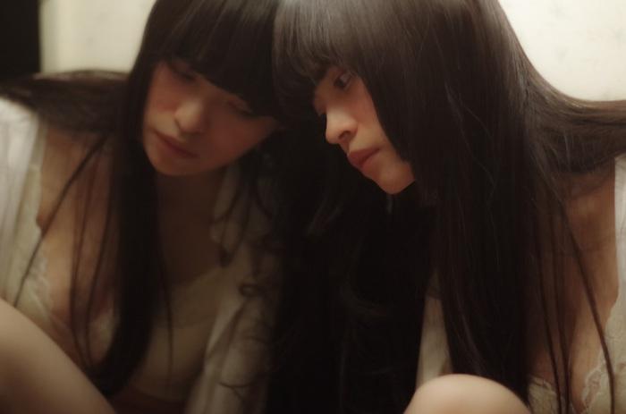 名古屋在住シンガー・ソングライター 里緒、9/19リリースの全国流通盤『青と青と青』よりリード曲「花」MV公開