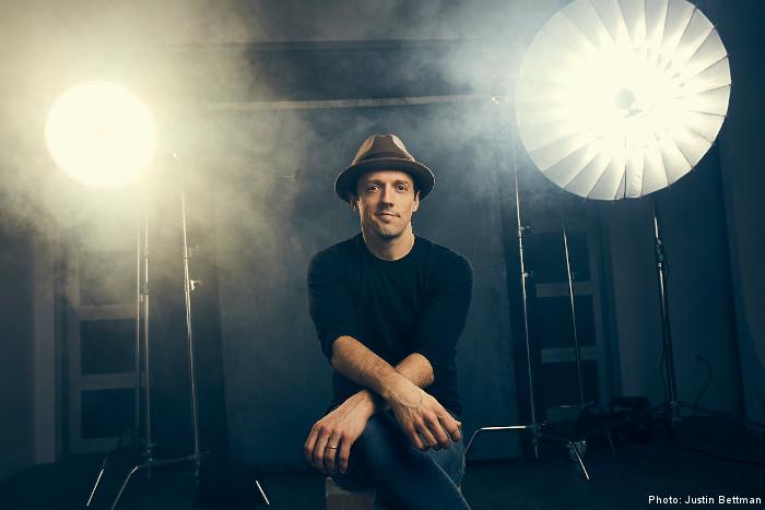 US天才シンガー・ソングライター Jason Mraz、8/10リリースの4年ぶりニュー・アルバム『Know.』より「Might As Well Dance」自身の結婚式の模様を撮影したMV公開