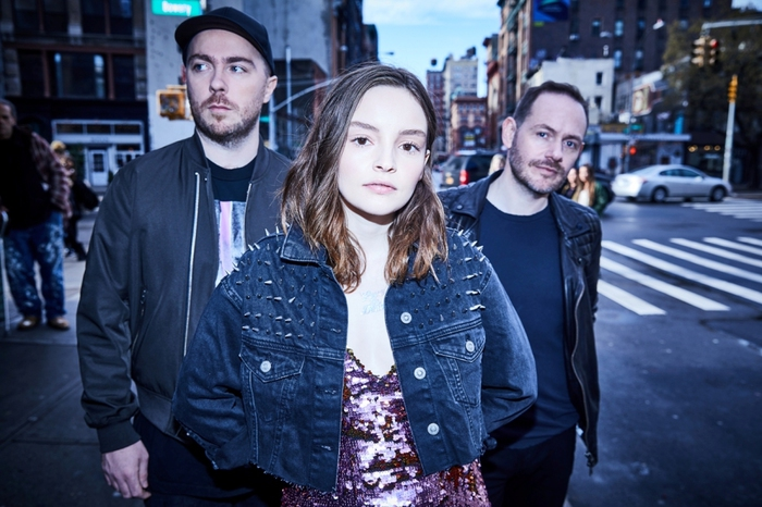 """CHVRCHES、""""Lollapalooza Chicago 2018""""より「Miracle」ライヴ映像公開"""