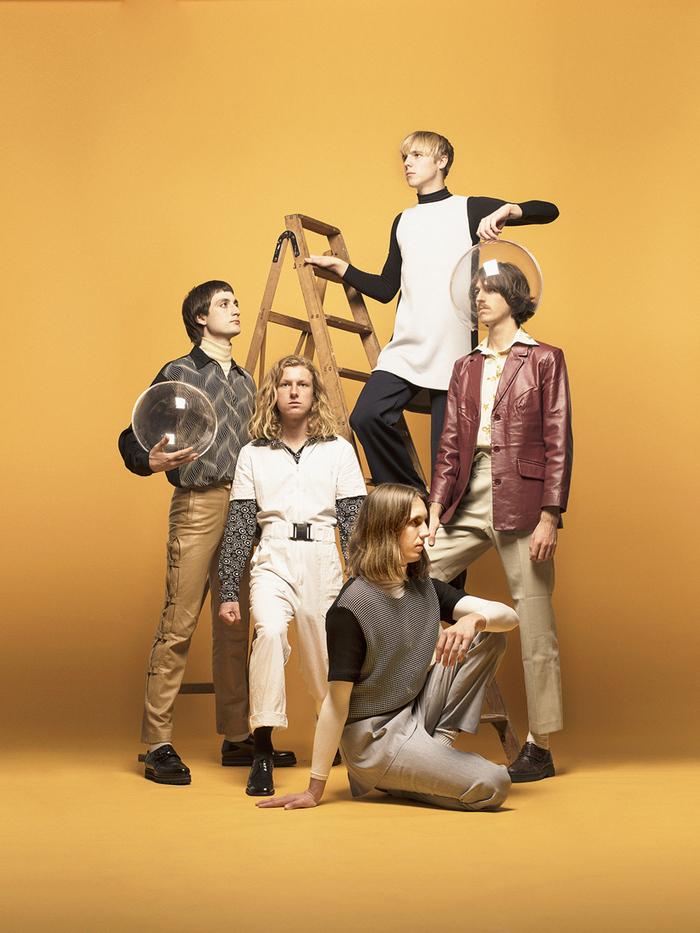DAFT PUNKのプロデュースで注目を集めたオーストラリアの5人組エレクトロ・ディスコ・バンド PARCELS、デビュー・アルバム『Parcels』10/12リリース決定