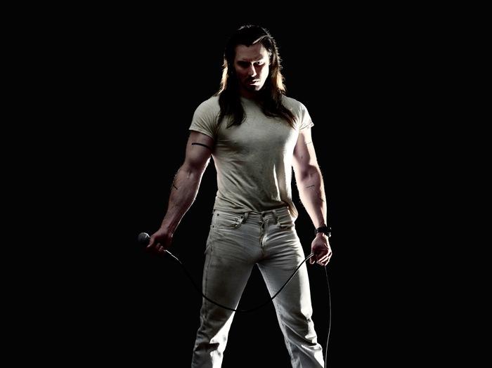永遠のパーティー・キング ANDREW W.K.、オーストラリアのTV番組にて披露した「You're Not Alone」、「Break The Curse」パフォーマンス映像公開