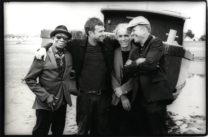 Damon Albarn(BLUR/GORILLAZ)率いるTHE GOOD, THE BAD AND THE QUEEN、11年ぶりのアルバム表題曲「Merrie Land」英TV番組でのパフォーマンス映像公開
