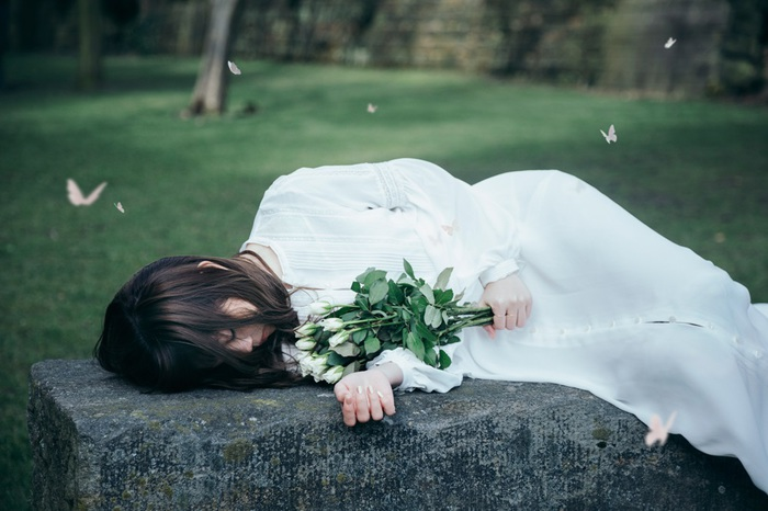 Aimer、1/9リリースのニュー・シングルより新曲「花びらたちのマーチ」佐々木美玲(けやき坂46)出演のMV公開