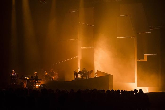 "ONEOHTRIX POINT NEVER、話題のコンサート""M.Y.R.I.A.D.""より「We'll Take It」ライヴ映像公開"