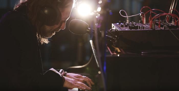 Thom Yorke(RADIOHEAD)、最新アルバム『Suspiria (Music For The Luca Guadagnino Film)』より「Open Again」アコースティック・パフォーマンス映像公開