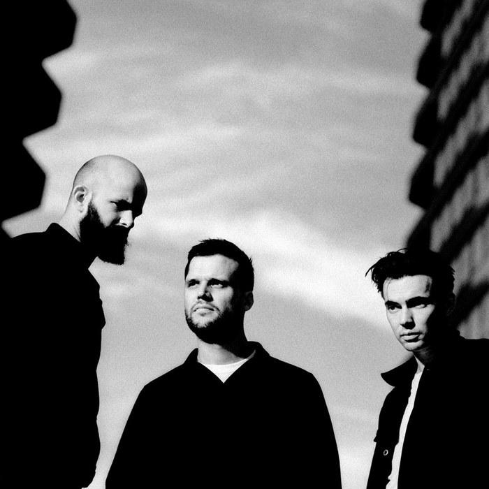 ロンドン発3人組ロック・バンド WHITE LIES、来年2/1リリースのニュー・アルバム『Five』より新曲「Finish Line」リリック・ビデオ公開