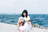 16才のシンガー・ソングライター 原田珠々華、写真家 岩倉しおりが撮り下ろした1stミニ・アルバム『はじめての青』アートワーク公開。先行シングル「プレイリスト」MVも