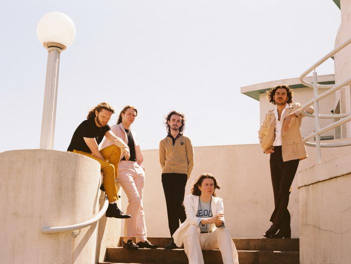マンチェスター出身の5人組バンド BLOSSOMS、ニュー・シングル『Your Girlfriend』配信リリース。メンバーが怪物に扮した表題曲MVも公開