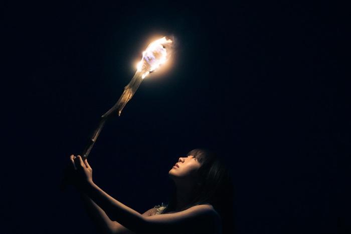 "Aimer、8/14リリースの新曲「Torches」が使用されたTVアニメ""ヴィンランド・サガ""最新トレーラー映像公開。ニュー・シングルのアートワーク&最新ヴィジュアルも"