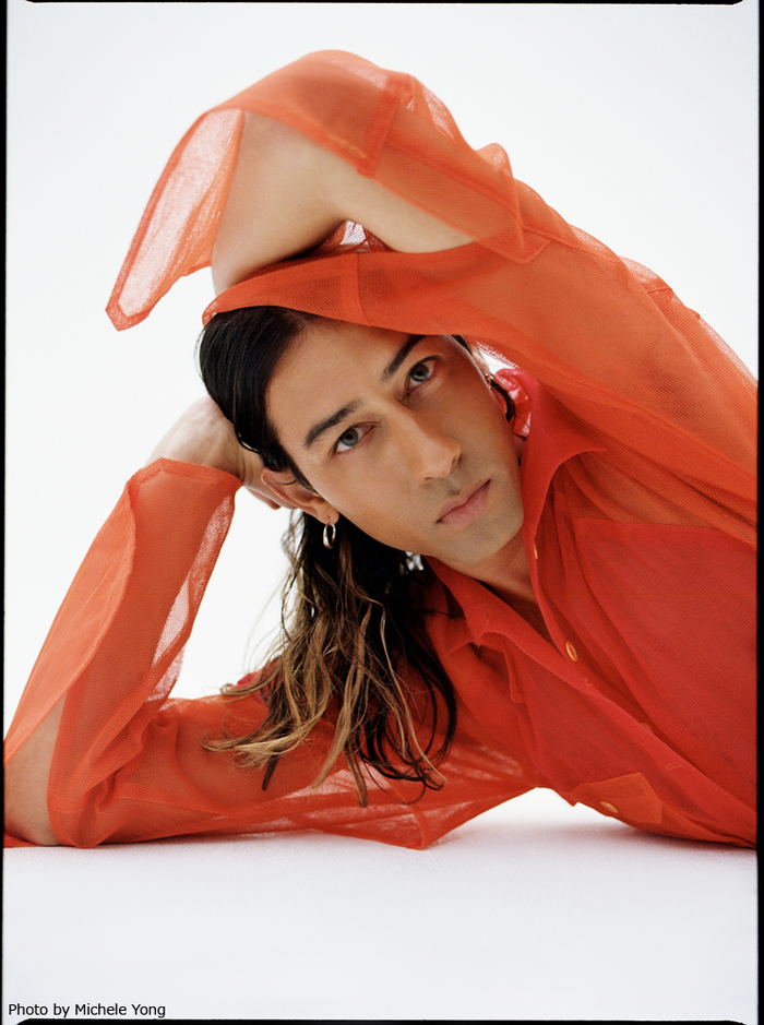 KINDNESS、9/6リリースのニュー・アルバム『Something Like A War』より新曲「Raise Up」公開