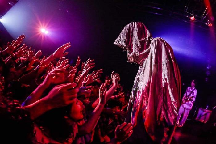 ドレスコーズ、11/20リリースの映像作品『ルーディエスタ/アンチクライスタ the dresscodes A.K.A. LIVE!』ジャケット&収録内容公開