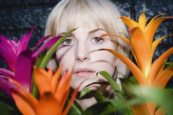 Hayley Williams(PARAMORE)、初のソロ・アルバム『Petals For Armor』リリース決定。新曲「Simmer」MV公開