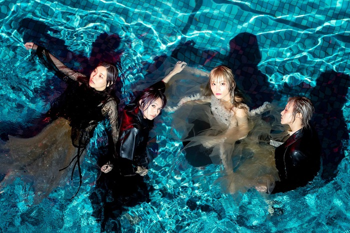 SCANDAL、2/12リリースのニュー・アルバム『Kiss from the darkness』全曲試聴トレーラー公開