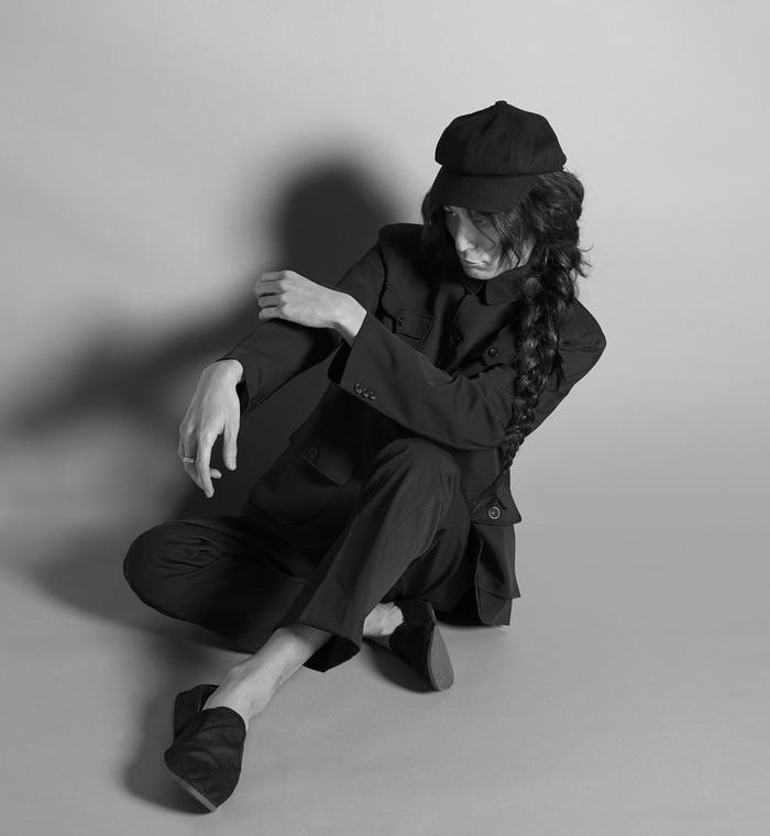志磨遼平(ドレスコーズ)、メジャー10周年記念オール・タイム・ベスト『IDIOT』4/15リリース。David Bowieなど手掛けた写真家 鋤田正義による最新ヴィジュアルも公開