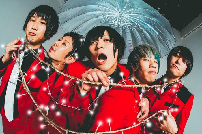 ビレッジマンズストア、4/1リリースの両A面シングルより「People Get Lady」MV公開。メンバーが踊る、走る、奇行にも走る