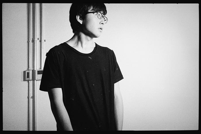 崎山蒼志、世界を取り巻く現状に込めた想いを奏でる未発表楽曲「回転」自宅弾き語り映像を公開