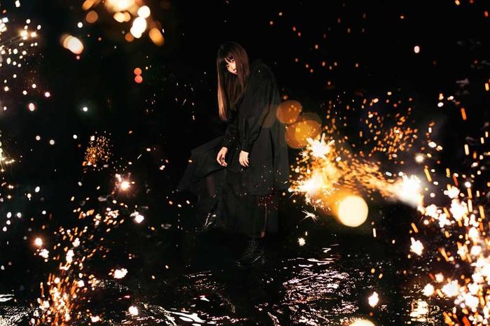 """Aimer、メジャー・デビュー9周年記念シングル全貌発表。新曲「悲しみの向こう側」は""""iichiko NEO""""CM曲に決定。""""炎炎ノ消防隊""""原作者 大久保篤描き下ろしジャケットも公開"""