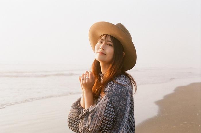 """大阪出身のシンガー・ソングライター Miyuu、ドラマ""""真夏の少年~19452020""""にオリジナル楽曲書き下ろし。女優 日比美思がギター弾き語りで披露"""
