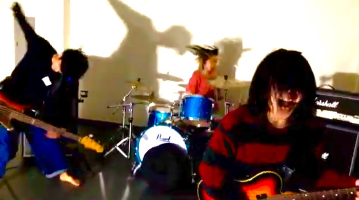 千葉の3ピース・ライヴ・ロック・バンド クジリ、クマガイタツト(Ba)の脱退を発表。篠塚将行(それでも世界が続くなら)をカメラマン兼総合Pに迎え現体制最後のMV「ディアミュージック」公開