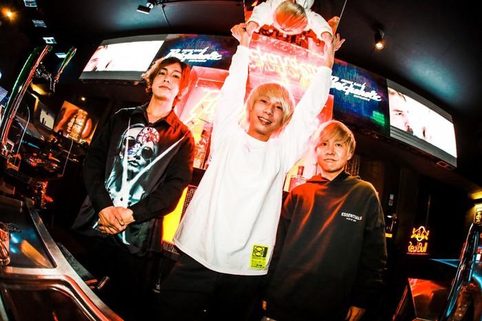 """新宿 歌舞伎町の魅力を発信中のWEBマガジン""""MASH UP! KABUKICHO""""、Music Bar ROCKAHOLICに迫る特集の後編として八木優樹(KEYTALK)との座談会を公開"""