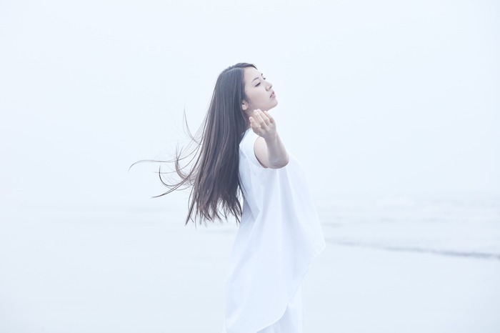 阿部真央、SIA「Alive」カバーを配信スタート。初のカバー・アルバム『MY INNER CHILD MUSEUM』1/20にリリース