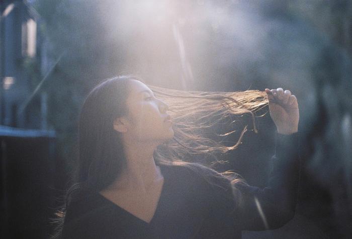 阿部真央、新曲「ふたりで居れば」のFM802DJsによるヨガ動画公開