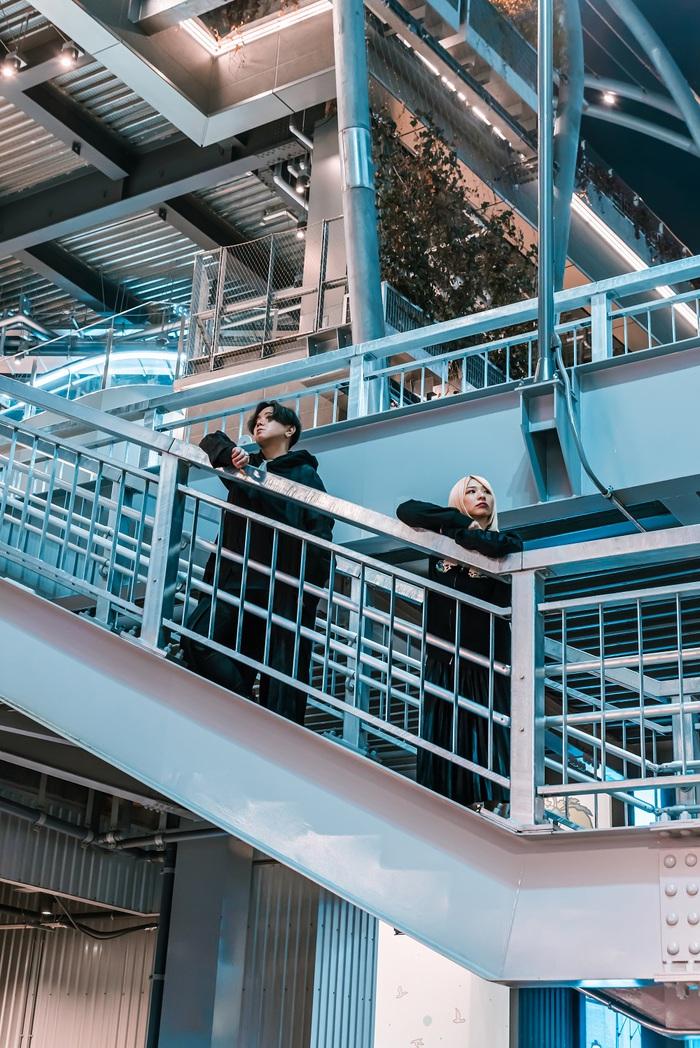 真空ホロウ、ニューEP『KINDER ep2』デジタル・リリース。ストレス発散ソングで瓦割りにチャレンジする「胃にやさしい生活」MVも公開