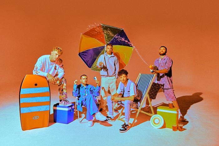 """UK発の""""おしゃゆるバンド""""EASY LIFE、デビュー・アルバム『Life's A Beach』より先行シングル「Skeletons」リリース"""