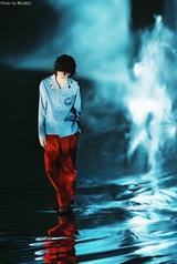 米津玄師、新曲「Pale Blue」オンエアに先駆け水面に佇む最新ヴィジュアル公開
