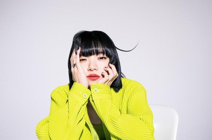 あいみょん、明日5/26リリースの11thシングル『愛を知るまでは/桜が降る夜は』収録曲「ミニスカートとハイライト」は川辺 素(ミツメ)がプロデュース。レコーディングにはミツメメンバーが全員参加