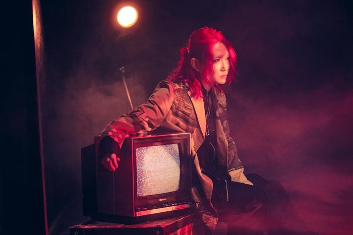 ネット・シーンを中心に活躍するヴォーカリスト あらき、ニュー・アルバムより表題曲「UNKNOWN PARADOX」先行配信。イラストレーター 八三によるMV公開